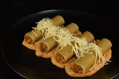 Cannelloni met een vulling van kruidige Italiaanse gehakt in een sausje van tomaat en mascarpone. Weegt ong 420 gr